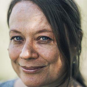 """Merete Pryds Helle, fotograferet i anledning af hendes kommende roman """"Folkets Skønhed"""", der udspiller sig på Østerskovvej i Humble på Langeland."""
