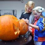 (Dansk) Halloween for børn: Skær en græskarlygte