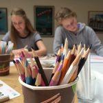 (Dansk) Jubilæumsfejring: Familieomvisning. Tegn med Jens Hage