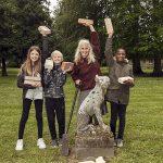Anja Franke bygger skulpturen 'Jordhund'